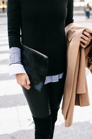 Comment porter: manteau marron clair, pull à col rond noir, chemise de ville à rayures verticales bleue, jean skinny en cuir noir