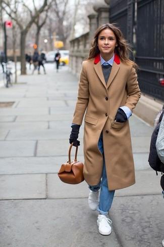 Tenue de Miroslava Duma: Manteau marron clair, Pull à col rond gris foncé, Chemise de ville bleu clair, Jean boyfriend bleu
