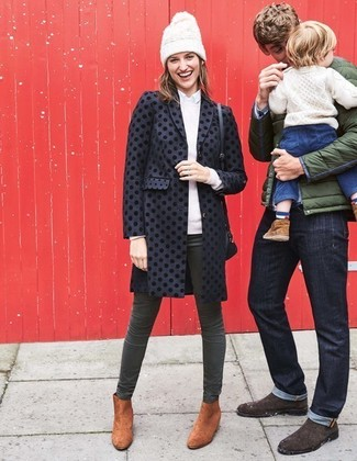 Comment porter: manteau á pois noir, pull à col rond blanc, chemise de ville blanche, jean skinny vert foncé
