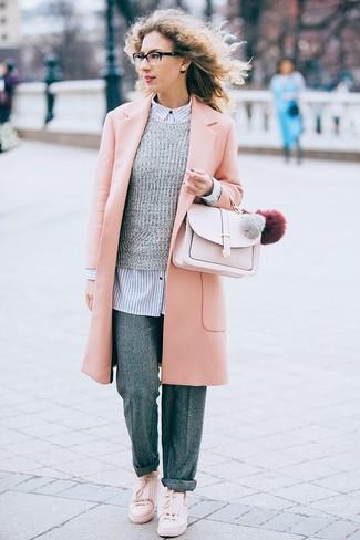 Comment porter: manteau rose, pull à col rond gris, chemise de ville à rayures verticales blanc et bleu marine, pantalon large en laine gris