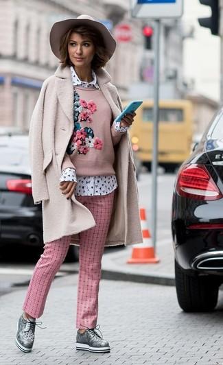 Comment porter: manteau en polaire rose, pull à col rond brodé rose, chemise de ville imprimée blanche, pantalon carotte à carreaux rose