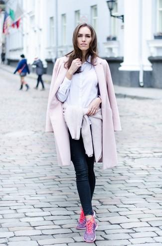Comment porter: manteau rose, pull à col rond beige, chemise de ville blanche, jean skinny bleu marine