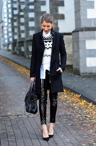 Comment porter: manteau noir, pull à col rond en jacquard blanc et noir, chemise de ville blanche, pantalon slim en cuir noir