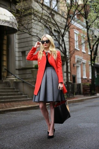 Comment porter: manteau rouge, pull à col rond noir, chemise de ville blanche, jupe patineuse plissée grise