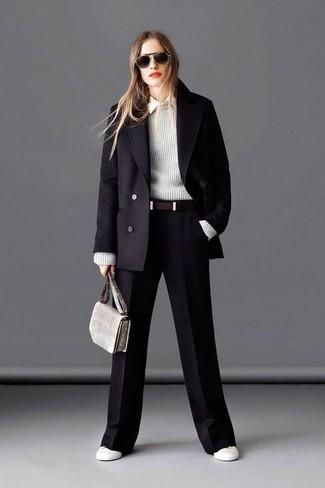 Tenue: Manteau noir, Pull à col rond gris, Chemise de ville blanche, Pantalon large noir