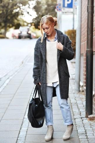 Comment porter: manteau gris foncé, pull à col rond beige, chemise de ville bleu clair, jean boyfriend bleu clair