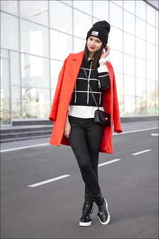 Comment porter: manteau rouge, pull à col rond à carreaux noir et blanc, chemise de ville blanche, jean skinny noir