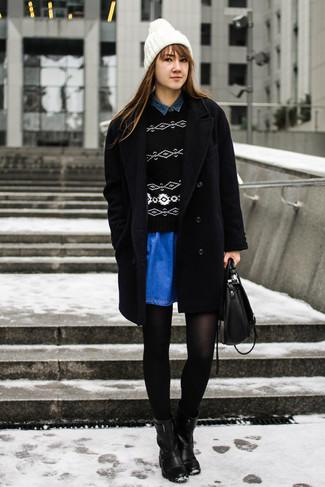 Comment porter: manteau noir, pull à col rond géométrique noir et blanc, chemise en jean bleu marine, jupe patineuse en denim bleue