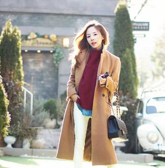 Comment porter: manteau marron clair, pull à col rond bordeaux, chemise en jean bleue, chemise en jean bleue