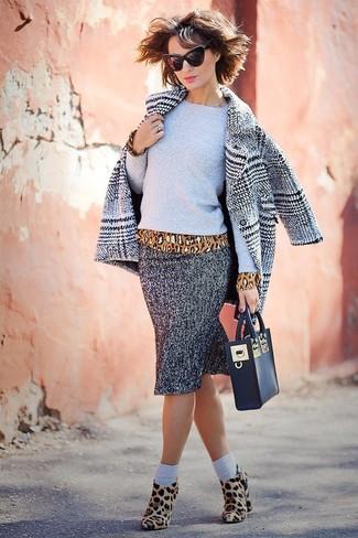 Comment porter: manteau écossais gris, pull à col rond gris, chemisier à manches longues imprimé léopard marron clair, jupe crayon à chevrons grise