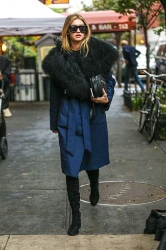 Comment porter: manteau bleu marine, pull à col rond noir, cuissardes en daim noires, sac bandoulière en cuir noir
