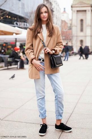 Comment porter: manteau marron clair, pull à col rond blanc, jean boyfriend bleu clair, baskets basses noires