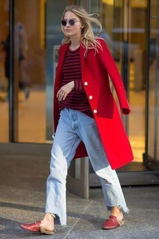 Comment porter: manteau rouge, pull à col rond à rayures horizontales rouge et noir, jean boyfriend bleu clair, slippers en cuir rouges
