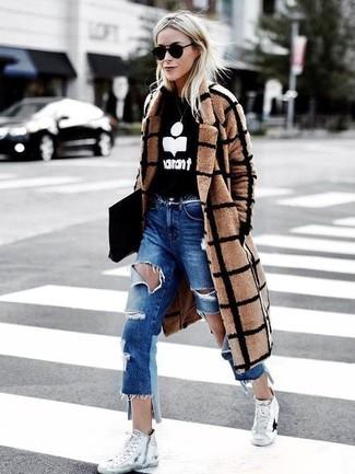 Comment porter: manteau à carreaux marron clair, pull à col rond imprimé noir et blanc, jean boyfriend déchiré bleu, baskets montantes en toile blanches