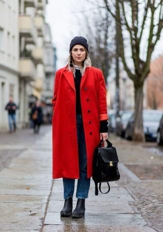 Comment porter: manteau rouge, pull à col rond noir, jean boyfriend bleu, bottines en cuir épaisses noires