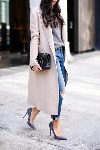 Comment porter: manteau beige, pull à col rond gris, jean boyfriend déchiré bleu, escarpins en daim violets