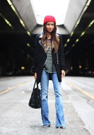 Comment porter: manteau noir, pull à col rond à rayures horizontales noir et blanc, jean flare bleu clair, sac fourre-tout en cuir noir