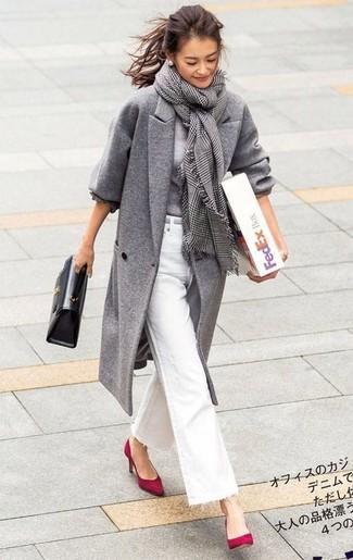 Comment porter: manteau gris, pull à col rond gris, jean flare blanc, escarpins en daim rouges
