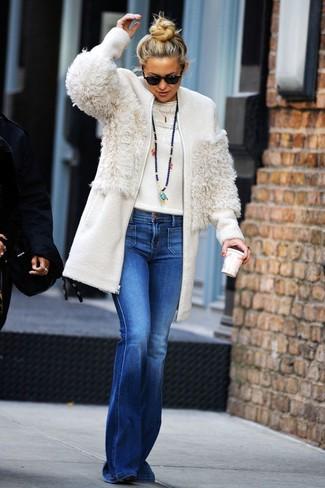 Comment porter: manteau en polaire blanc, pull à col rond blanc, jean flare bleu, bottines en daim noires