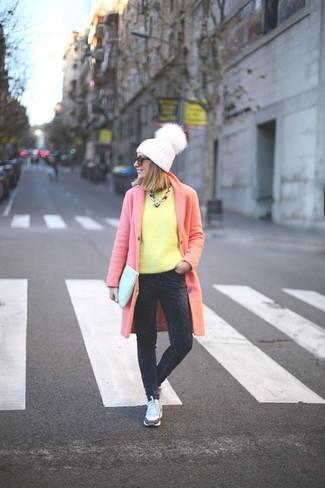 Comment porter: manteau rose, pull à col rond jaune, jean en velours côtelé gris foncé, baskets basses blanches