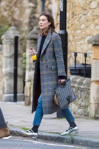 Comment porter: manteau écossais gris, pull à col rond bleu marine, jean bleu, escarpins en cuir argentés