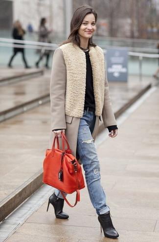 Comment porter un jean déchiré bleu clair: Essaie d'associer un manteau beige avec un jean déchiré bleu clair pour achever un style chic et glamour. Complète ce look avec une paire de bottines en cuir noires.