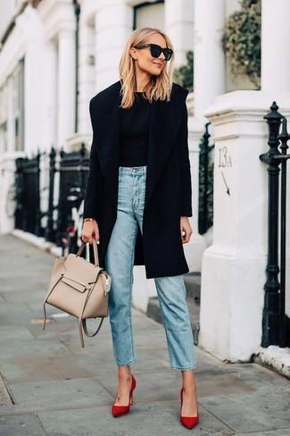 Un manteau noir et un jean bleu clair sont un choix de tenue idéale à avoir dans ton arsenal. Assortis ce look avec une paire de des escarpins en daim rouges.