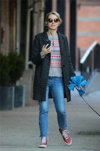 Comment porter: manteau gris foncé, pull à col rond en jacquard gris, jean bleu, baskets montantes en toile rouges
