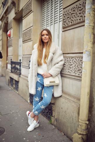Comment porter un manteau en polaire blanc: Essaie d'associer un manteau en polaire blanc avec un jean à étoiles bleu clair pour achever un style chic et glamour. Jouez la carte décontractée pour les chaussures et complète cet ensemble avec une paire de des baskets basses en cuir blanches.