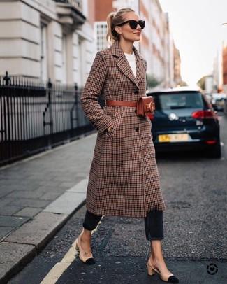 Comment porter un manteau écossais marron: Opte pour un manteau écossais marron avec un jean noir pour achever un look chic. Une paire de des escarpins en daim beiges est une option astucieux pour complèter cette tenue.