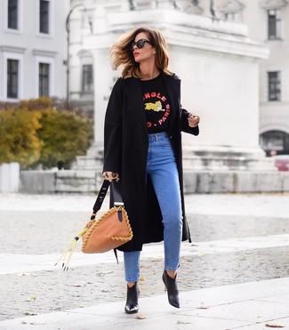 Comment porter un sac fourre-tout en cuir marron clair: Pense à opter pour un manteau noir et un sac fourre-tout en cuir marron clair pour une impression décontractée. Une paire de des bottines en cuir noires est une option parfait pour complèter cette tenue.