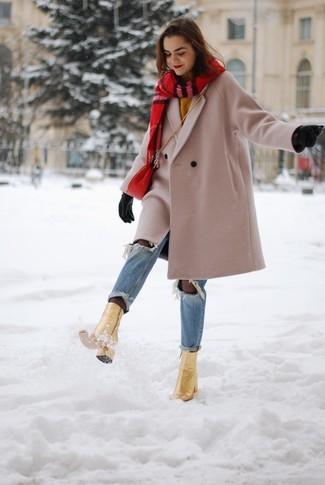 Comment porter: manteau beige, pull à col rond moutarde, jean déchiré bleu clair, bottines en cuir dorées
