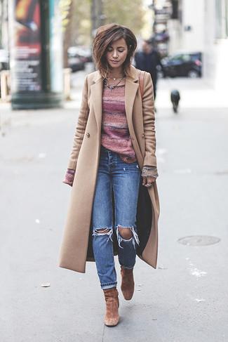 Comment porter: manteau beige, pull à col rond à rayures horizontales rose, jean déchiré bleu, bottines en daim marron