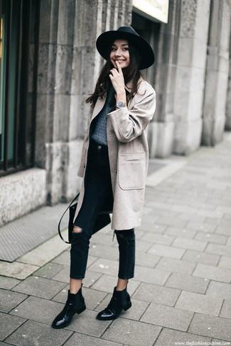 Comment porter: manteau gris, pull à col rond bleu marine, jean déchiré noir, bottines chelsea en cuir noires