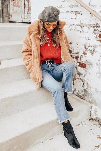 Comment porter: manteau en polaire marron clair, pull à col rond rouge, jean bleu clair, bottines en velours noires