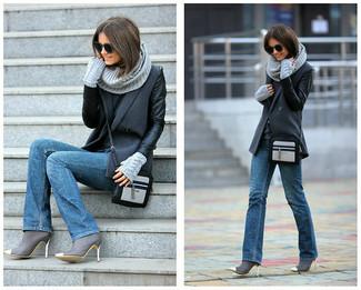 Comment porter: manteau gris foncé, pull à col rond gris foncé, jean bleu, bottines en cuir grises