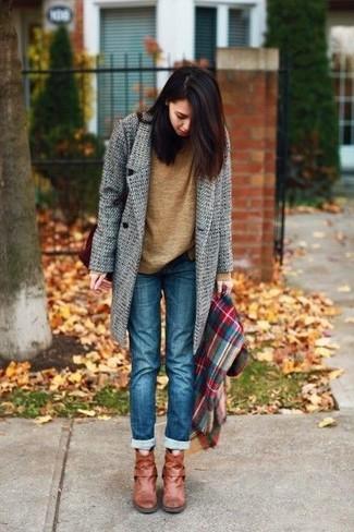 Comment porter un pull à col rond marron: Harmonise un pull à col rond marron avec un jean bleu pour créer un style chic et glamour. Cette tenue est parfait avec une paire de des bottines en cuir tabac.
