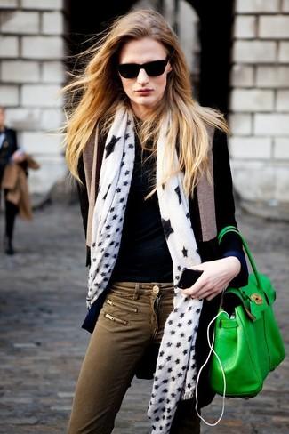 Un pull et un jean skinny olive sont un choix de tenue idéale à avoir dans ton arsenal.
