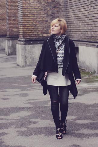 Comment porter un pull à col rond en jacquard blanc et noir: Pense à porter un pull à col rond en jacquard blanc et noir et un jean skinny déchiré noir pour une impression décontractée. Cette tenue est parfait avec une paire de des sandales spartiates en daim noires.