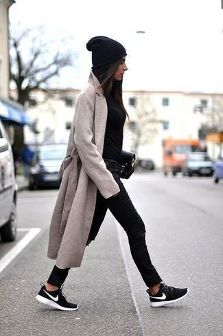 Comment porter: manteau beige, pull à col rond noir, jean skinny déchiré noir, chaussures de sport noires et blanches