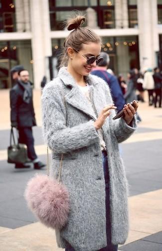 Comment porter un sac bandoulière en fourrure rose: Marie un manteau gris avec un sac bandoulière en fourrure rose pour une impression décontractée.