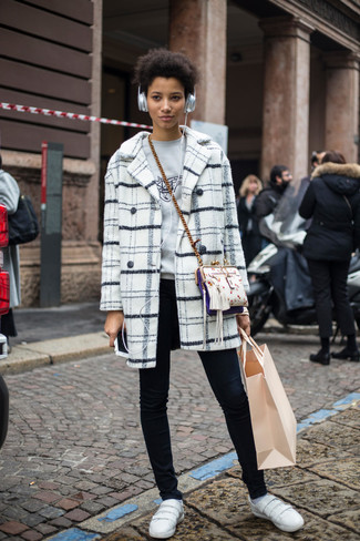 Comment porter: manteau écossais blanc, pull à col rond imprimé gris, jean skinny noir, baskets basses en cuir blanches