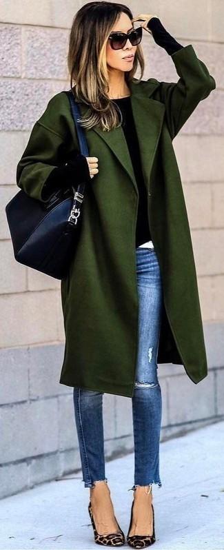 Comment porter: manteau olive, pull à col rond noir, jean skinny déchiré bleu, escarpins en daim imprimés léopard marron clair