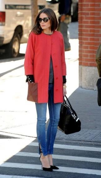Tenue de Olivia Palermo: Manteau rouge, Pull à col rond gris foncé, Jean skinny bleu, Escarpins en daim noirs