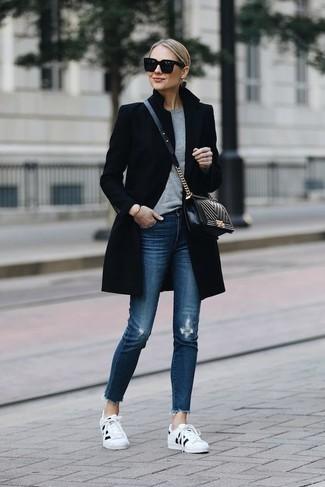 Comment s'habiller quand il fait froid: Pour une tenue de tous les jours pleine de caractère et de personnalité associe un manteau noir avec un jean skinny déchiré bleu. Une paire de des baskets basses blanches et noires apporte une touche de décontraction à l'ensemble.