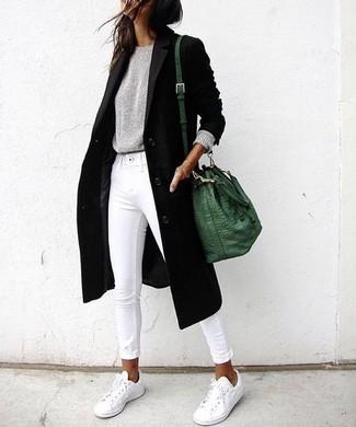 Comment porter: manteau noir, pull à col rond gris, jean skinny blanc, baskets basses blanches