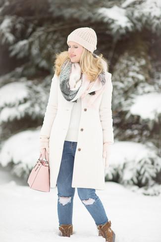 Pense à associer un manteau blanc avec une écharpe pour dégager classe et sophistication. Une paire de des bottes d'hiver en daim brunes apportera un joli contraste avec le reste du look.