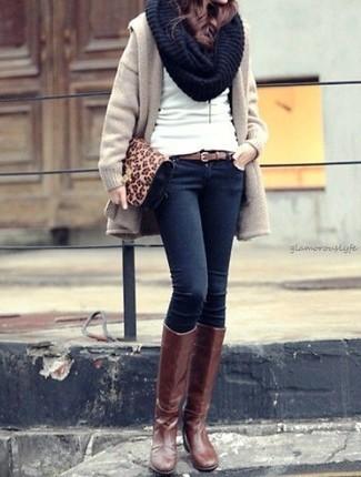 Comment porter: manteau beige, pull à col rond blanc, jean skinny bleu marine, bottes hauteur genou en cuir marron