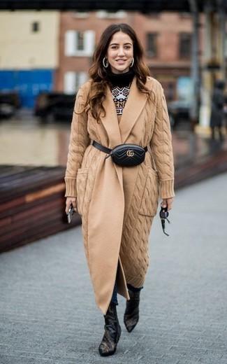 Comment porter: manteau en tricot marron clair, pull à col rond en jacquard marron clair, jean skinny bleu marine, bottines en cuir noires