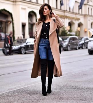 Comment porter: manteau marron clair, pull à col rond orné noir, jean skinny bleu, cuissardes en daim noires